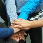 grupo-unido-manos-profesionales